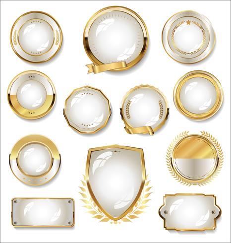 Colección de placas y etiquetas doradas y blancas.