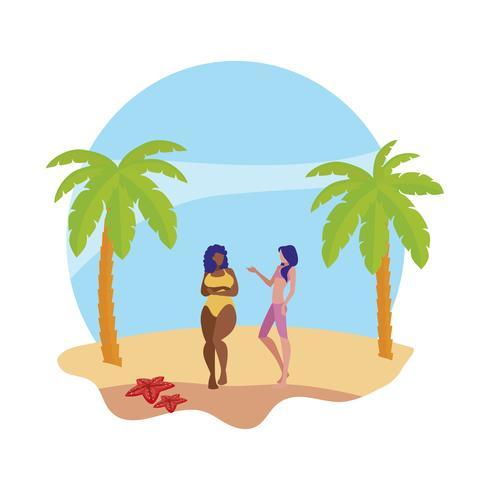 Joven pareja de chicas interraciales en la playa escena de verano