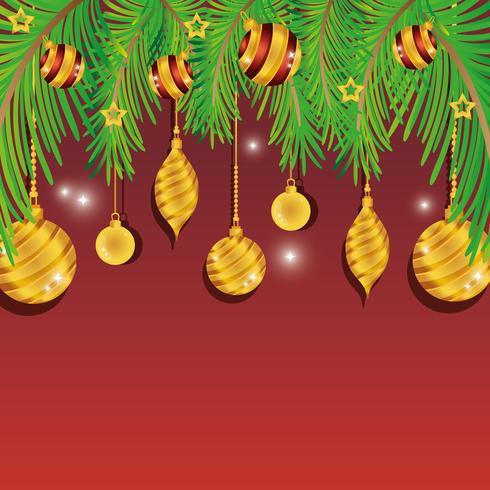 Goldweihnachtsverzierungen, die von den Kiefernniederlassungen hängen