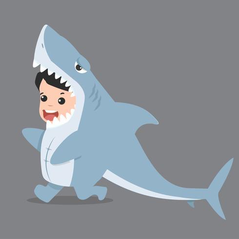 Personajes de niños pequeños disfrazados de tiburón.