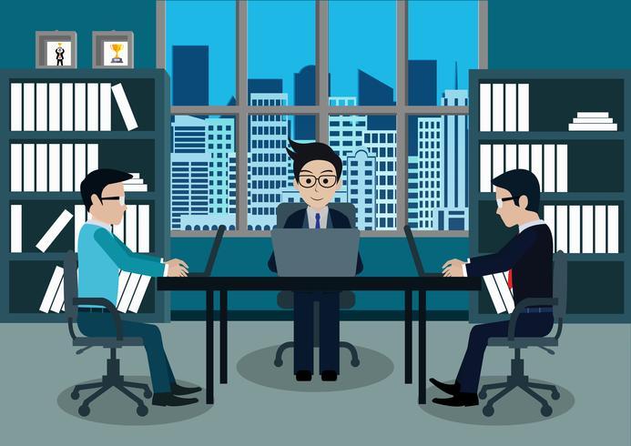Drie zakenlieden in arbeider in bureau zitten bij de bureaus met laptop