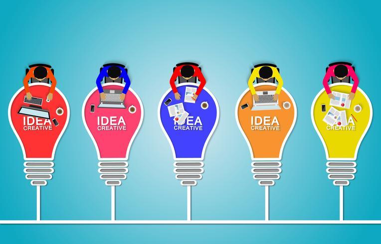 Geschäftstreffen mit Glühlampe und Teamwork.