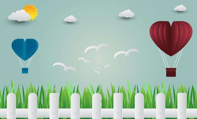 Ballonherz mit den Vögeln, die in den Himmel fliegen