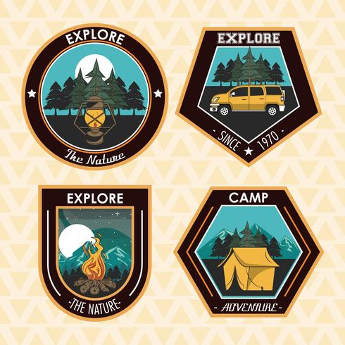 Conjunto de acampar explorar emblemas de parches de verano vector