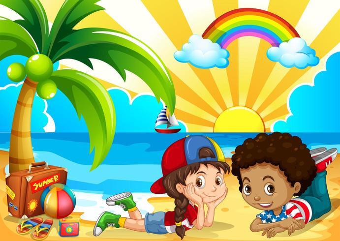 I bambini si divertono in spiaggia