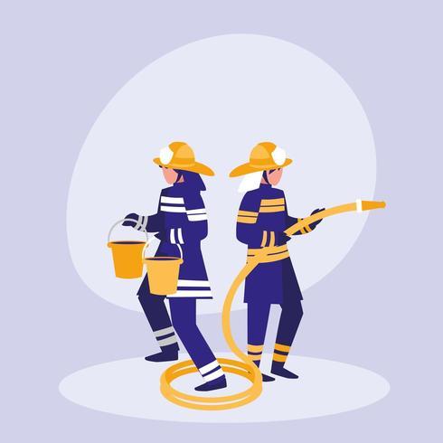 grupo de bomberos con cubos y manguera