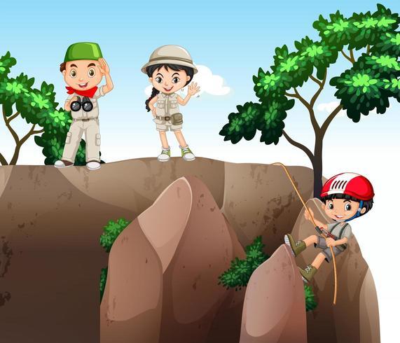 Ragazza e ragazzi che scalano la montagna