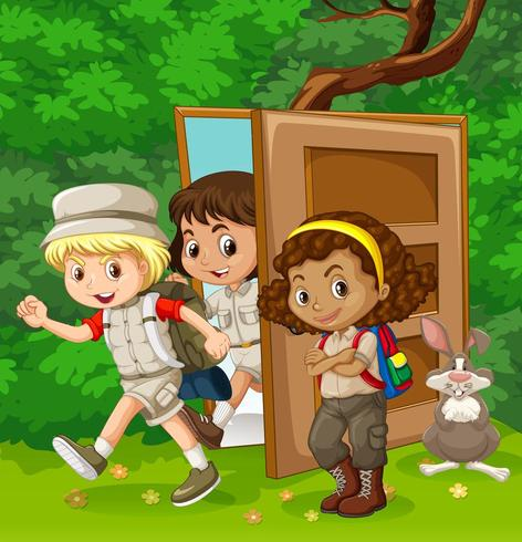 Bambini che camminano attraverso la porta nel muro del giardino