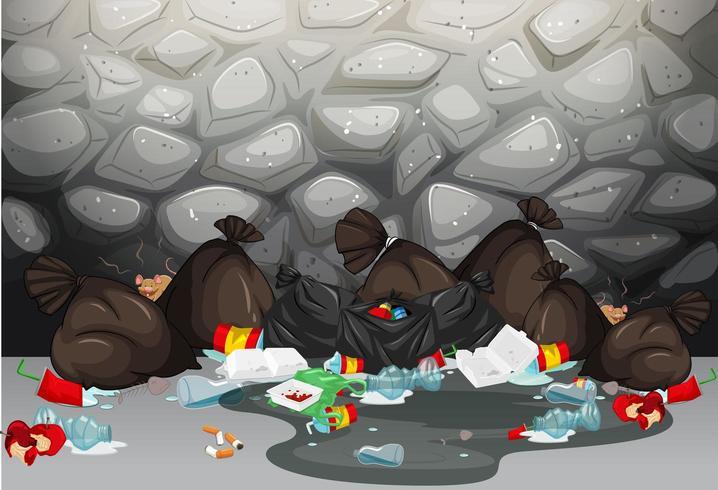 Mucchio di sacchi della spazzatura sul terreno di fronte al muro