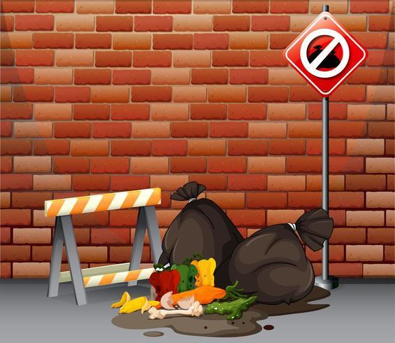 Straßenszene mit Müll und Müllsäcken