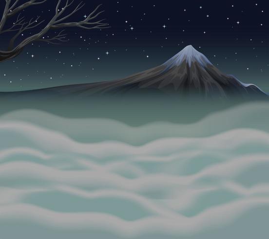Scena della natura con nebbia sul picco di montagna