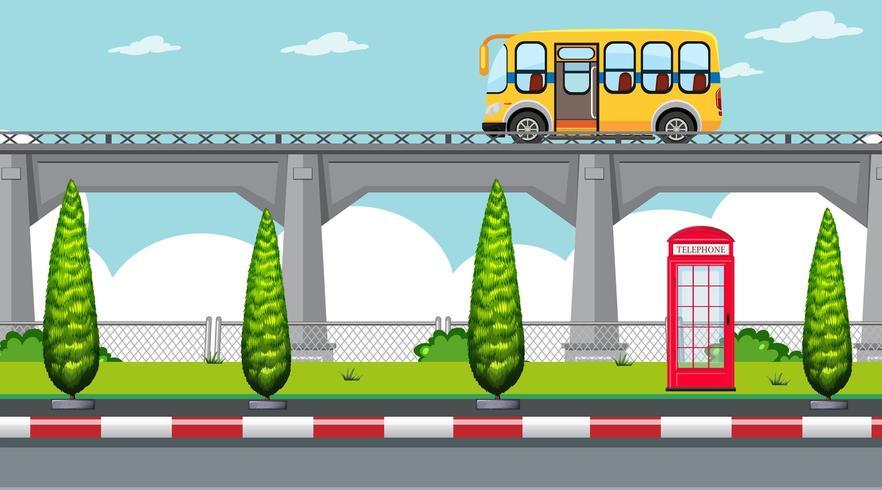 Una simple carretera elevada con autobús escolar