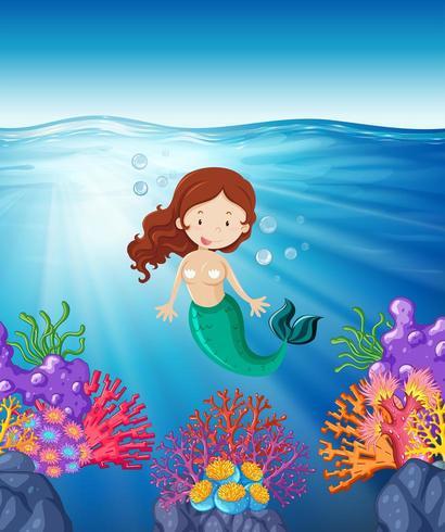 Sirena nadando en el mar