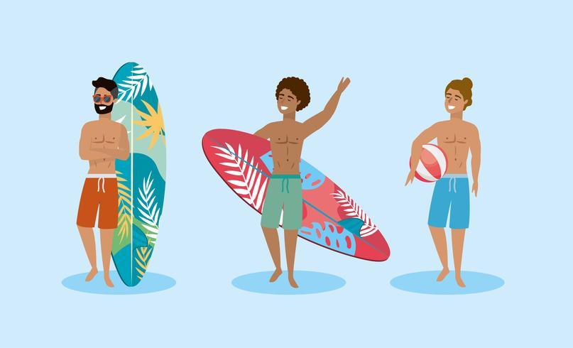 Conjunto de hombres vestidos con trajes de baño con tablas de surf