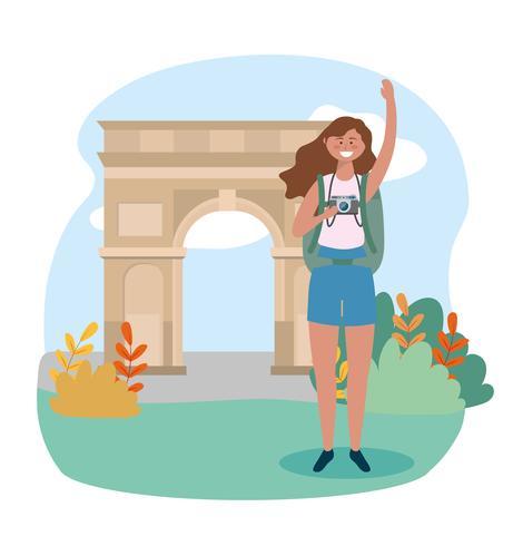 Mujer con mochila y cámara en el arco del triunfo