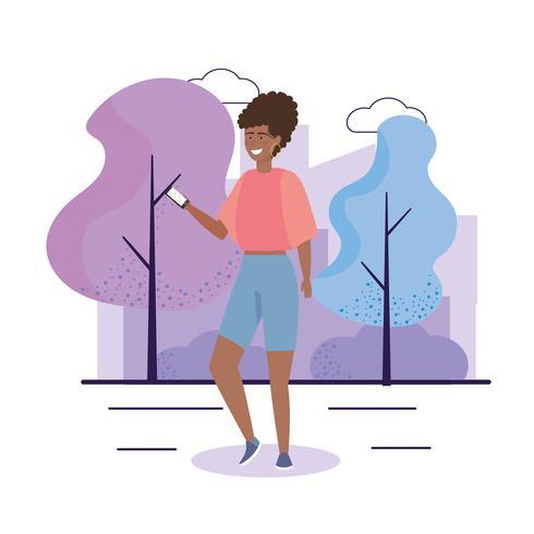 Giovane donna dentro con il telefono in parco urbano