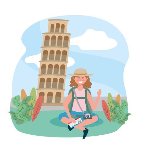 Mulher com mochila na torre de Pisa