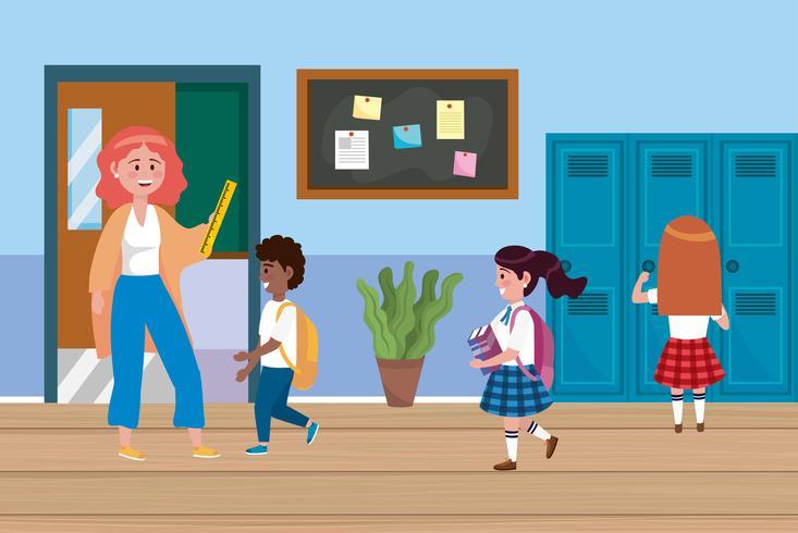 Vrouwelijke leraar met jongen en meisjesstudenten dichtbij kasten