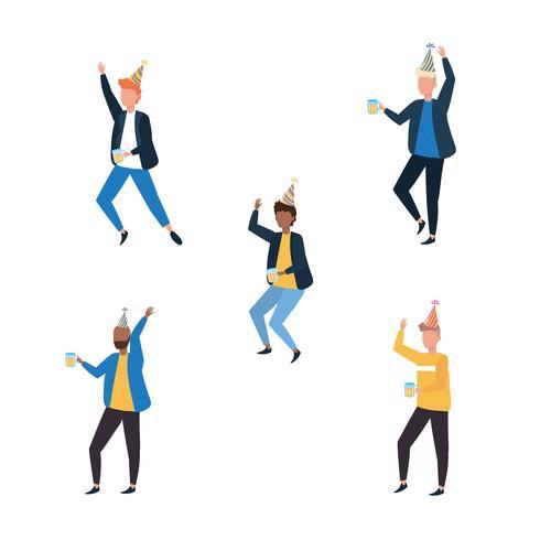 Conjunto de hombres bailando y sosteniendo la bebida vector