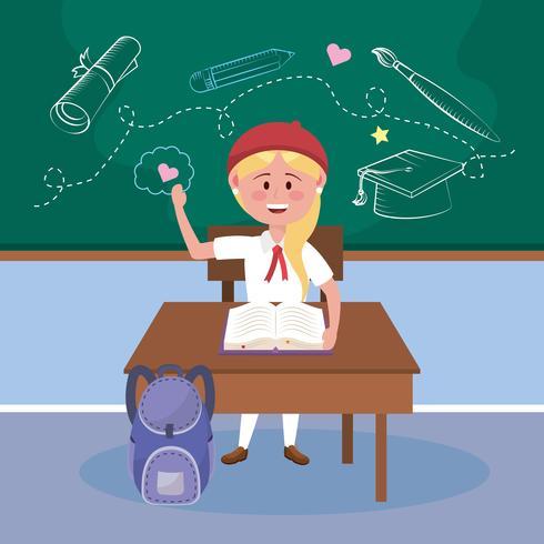 Blonde Studentin am Schreibtisch im Klassenzimmer