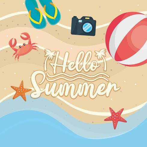 Olá mensagem de verão na areia com bola de praia e sandálias