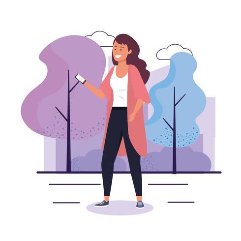 Mulher andando com smartphone no parque urbano