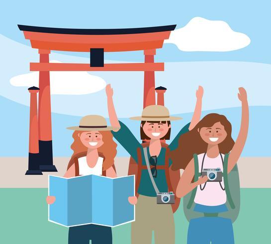 Mulheres turistas com mapa e câmera na frente da escultura de Tóquio