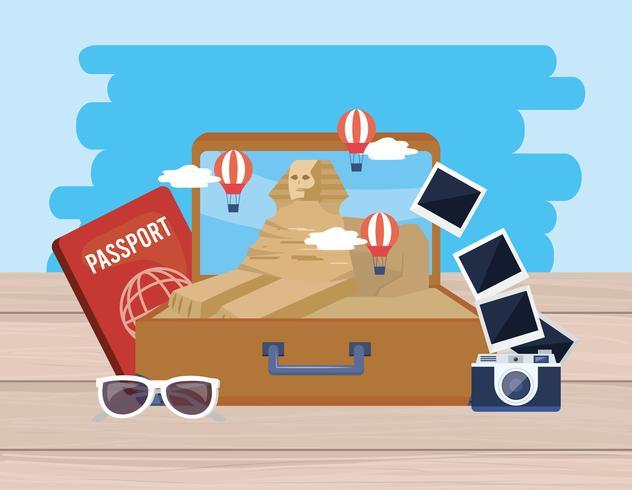 Esfinge egípcia na mala com câmera e passaporte