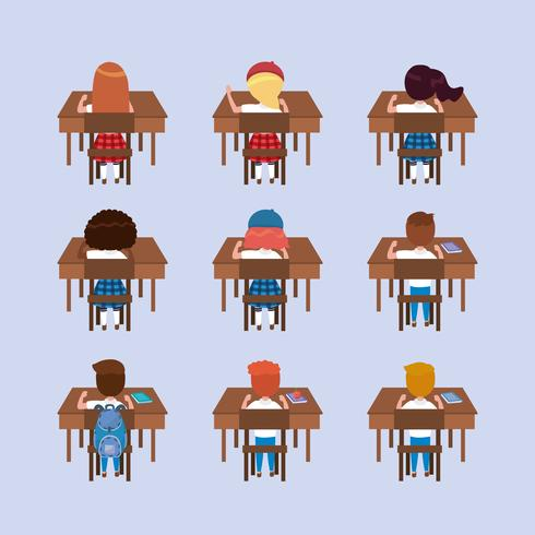 Uppsättning av pojke- och flickastudenter från baksidan på skrivbord på blå bakgrund