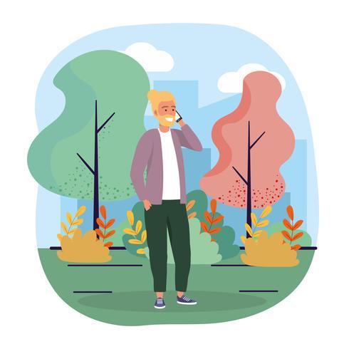 Hombre con barba hablando por teléfono inteligente en el parque