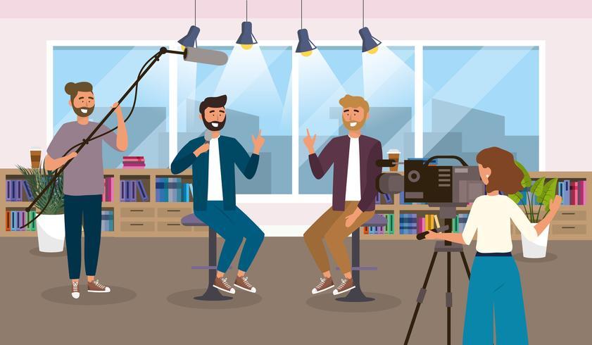 Reporter e camerawoman maschii in studio