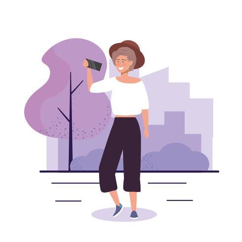 Mujer joven con sombrero con teléfono inteligente fuera