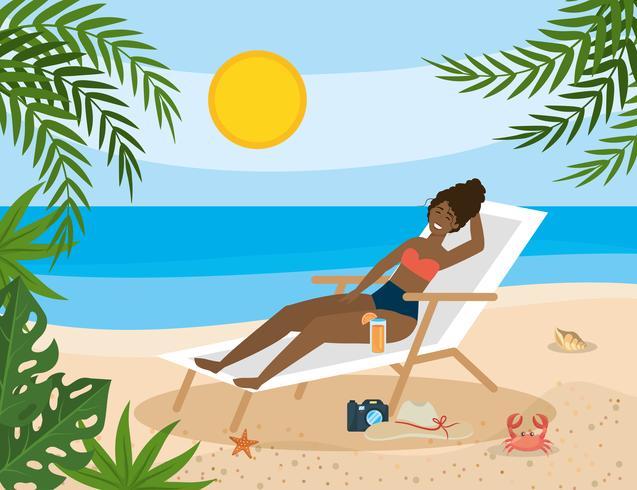 Afroamerikanerfrau im Strandstuhl auf Sand