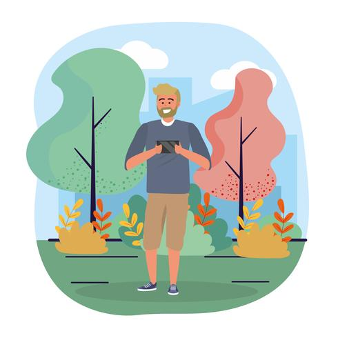 Homem com barba, olhando para smartphone no parque