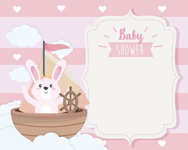 Scheda dell'acquazzone di bambino con il coniglietto in barca sulle nuvole
