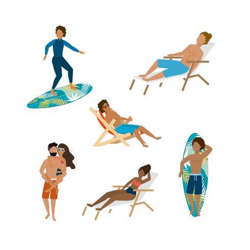 Insieme di uomini e donne, navigare e sedersi sulla sedia a sdraio