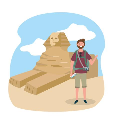 Manlig turist med ryggsäck och kamera framför egyptisk sfinks
