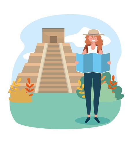 Donna con cappello con mappa davanti al tempio dell'iscrizione