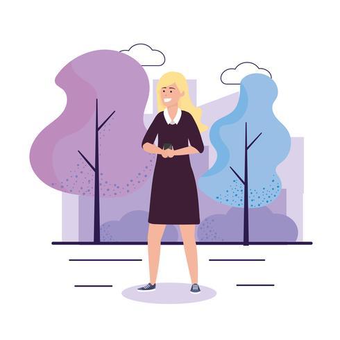 Jonge blonde vrouw in park met smartphone