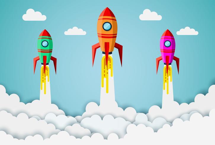 Raketen, die in Himmel zwischen Wolken fliegen