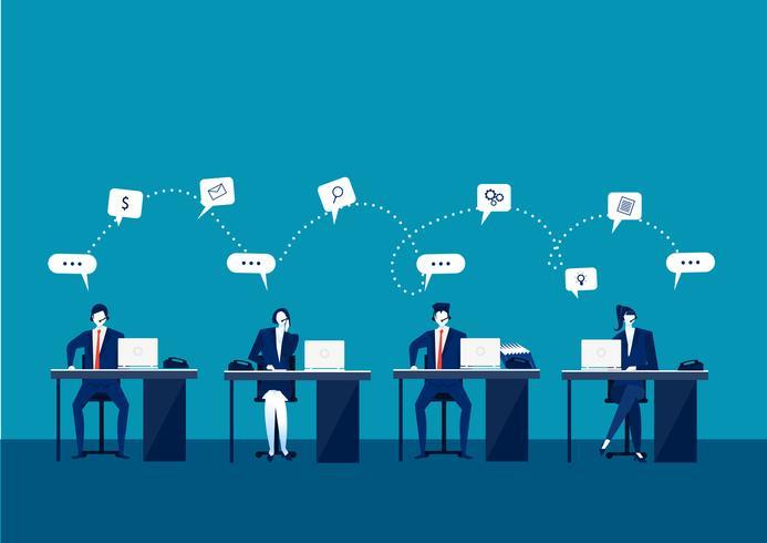 Callcenteroperatörer på kontoret som arbetar med bärbara datorer och hörlurar