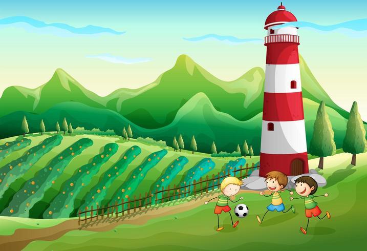 En gård med barn som leker nära tornet