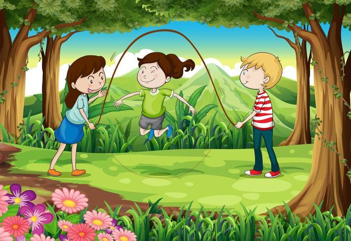Três crianças brincando com uma corda no meio da floresta