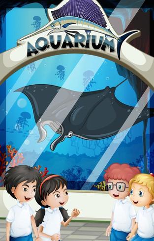 Estudiantes en uniforme visitando acuario