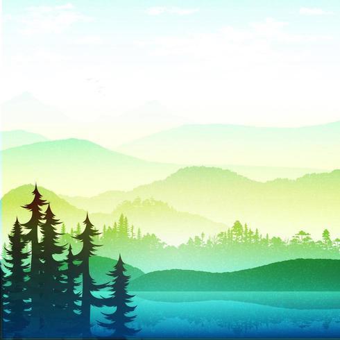 O belo lago e selva perto da montanha e nevoeiro