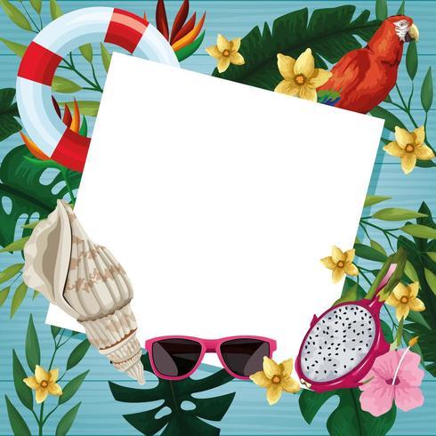 Leere weiße Karte auf hölzernem Hintergrund mit Sommerelementen