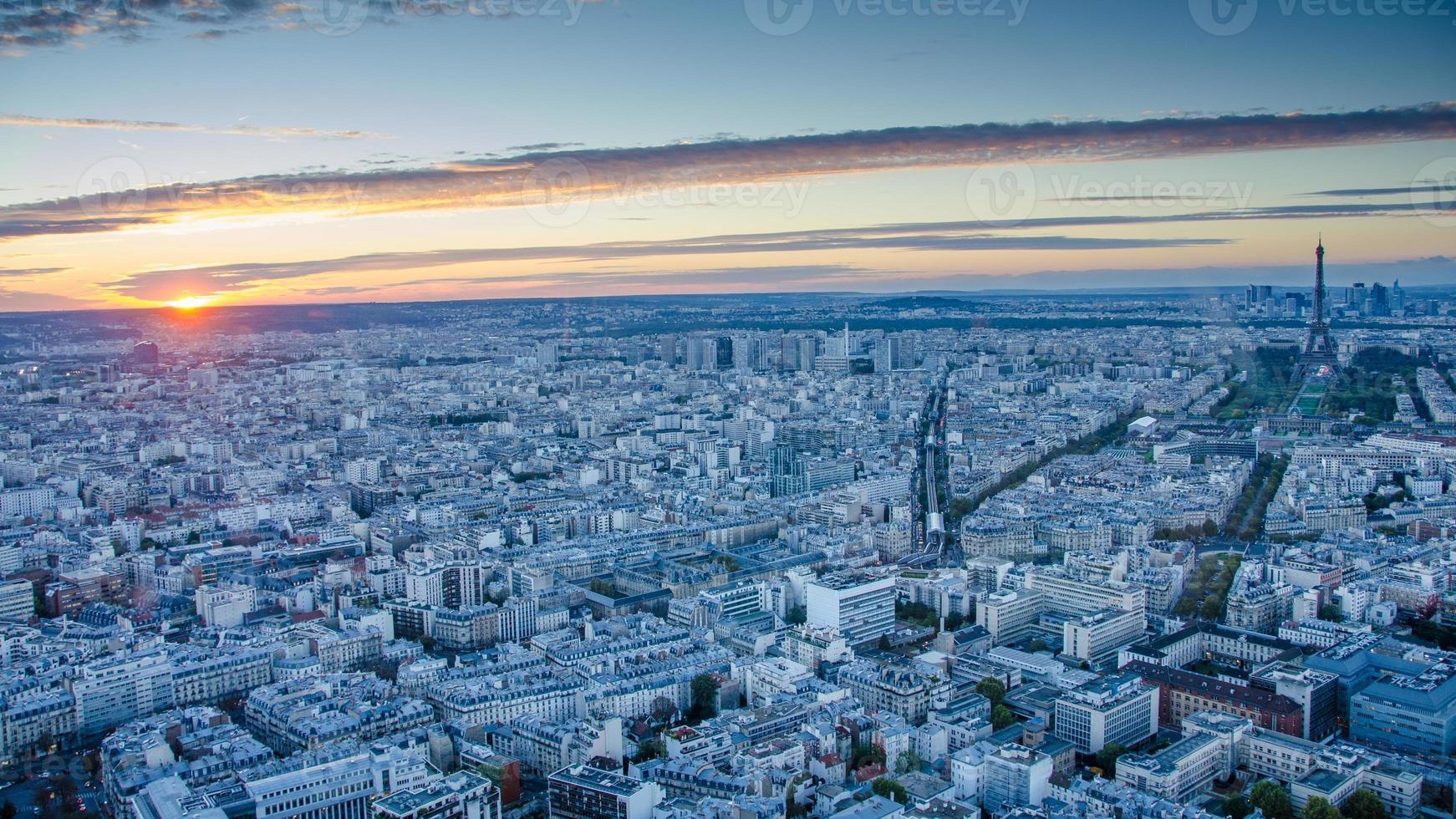 Vista aérea de París al atardecer foto