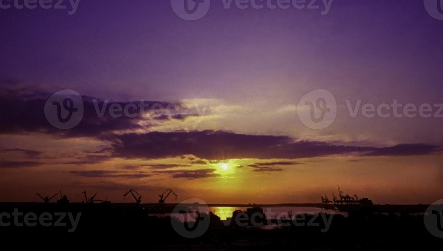 port de norfolk et grues au coucher du soleil photo