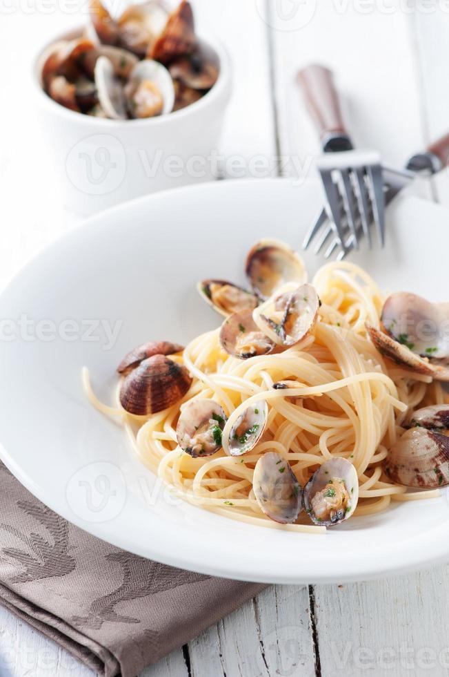 espagueti de pasta tradicional italiana alle vongole foto