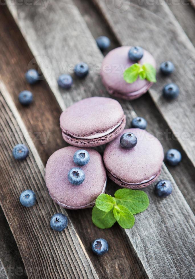 macarons franceses violetas con arándanos y menta foto